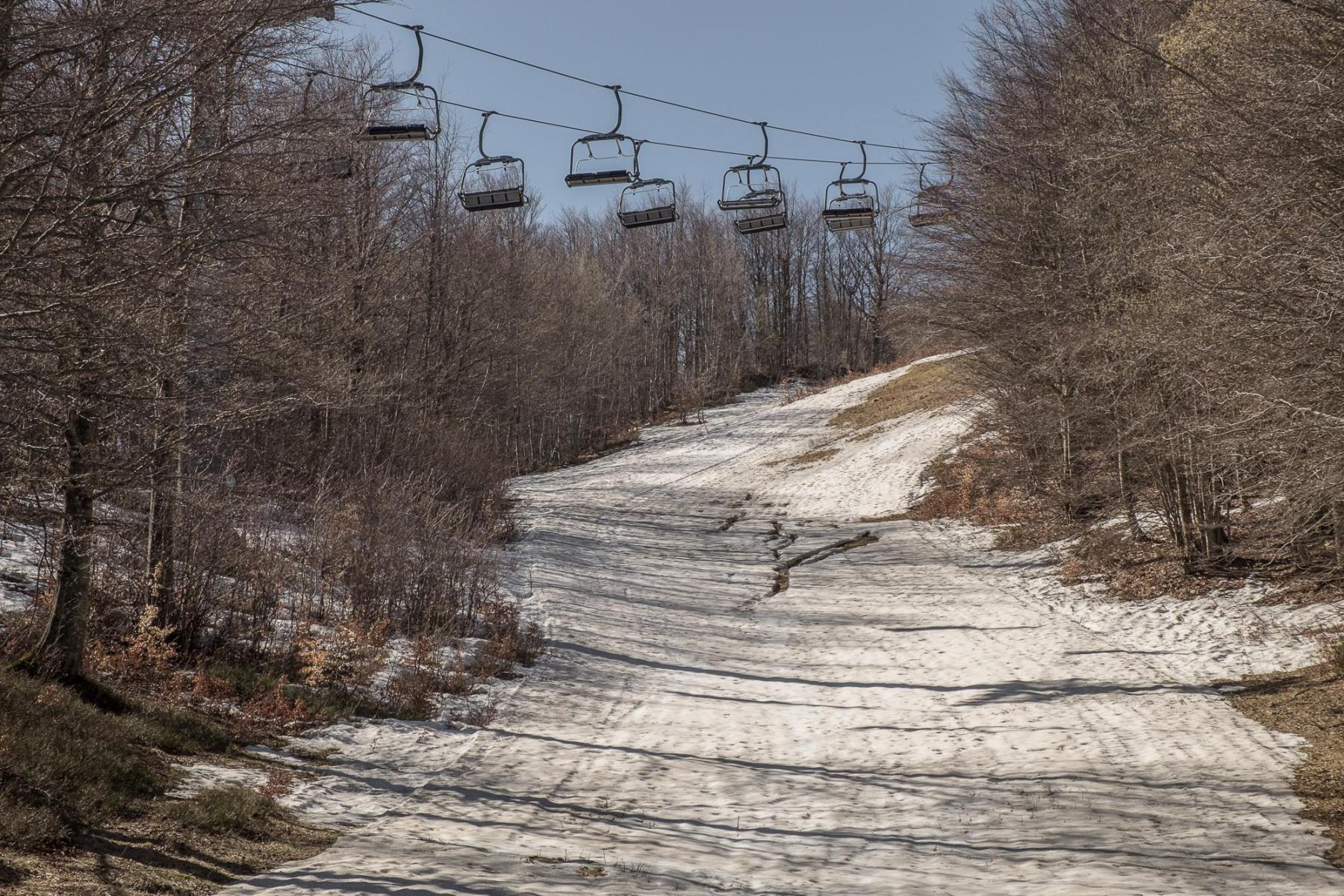 Corno-alle-Scale-2019.-La-carenza-di-neve-naturale-rende-sempre-più-difficili-e-poco-sostenibili-le-stagioni-invernali-negli-impianto-sciistici.